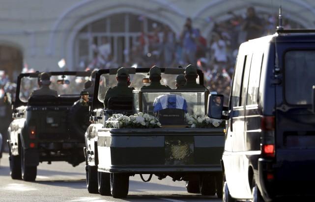 Le cortège funèbre qui transporte les cendres de... (AP, Natacha Pisarenko)