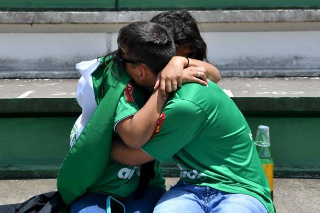 Des gens pleurent durant l'hommage aux victimes de... (AFP, Nelson Almeida)