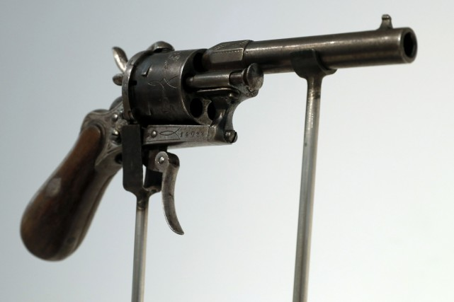 Le revolver à six coups avec lequel le poète français Paul Verlaine tenta de... (PHOTO AFP)