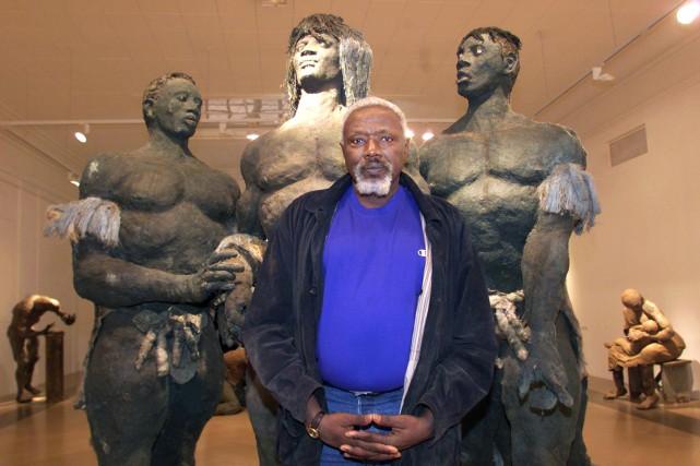 Ousmane Sow devant l'une de ses oeuvres en... (PHOTO ARCHIVES AFP)