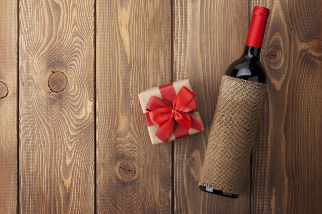 Une classique bouteille de vin fait toujours plaisir... (123RF.com)