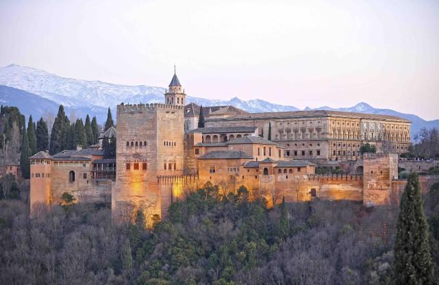 L'Alhambra est située sur la colline de la... (123RF/joserpizarro)