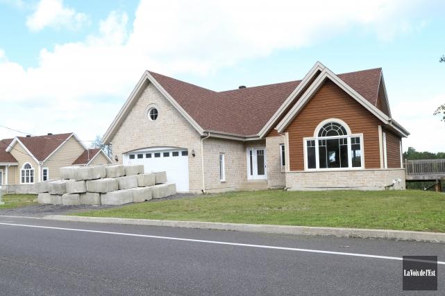 Deux maisons sur la Promenade du lac à... (Janick Marois, La Voix de l'Est)