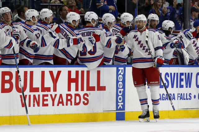 Rick Nash festoie après s'être inscrit au pointage... (Photo Timothy T. Ludwig, USA TODAY Sports)