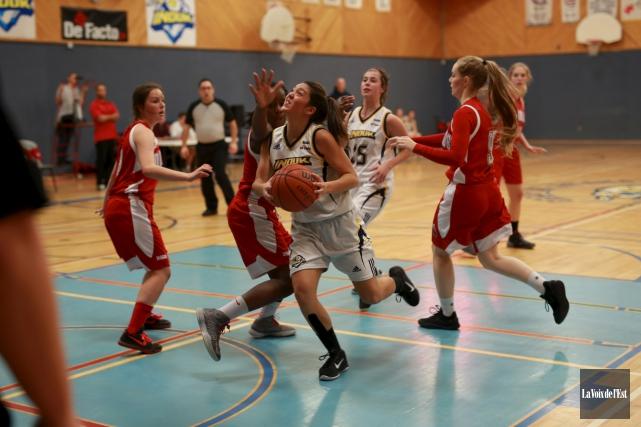 Les Inouk du basket féminin (en blanc) ont... (archives La Voix de l'Est)
