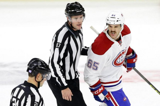 Andrew Shaw n'hésite pas à donner et recevoir des... (Photo Gerry Broome, Associated Press)