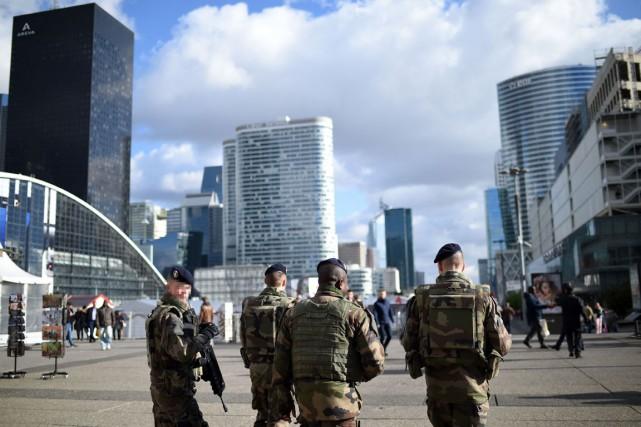 Des soldats français patrouillent dans le quartier des... (photo STÉPHANE DE SAKUTIN, archives Agence france-presse)