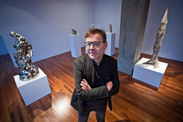 Wim Delvoye devant les bronzes nickelés de l'exposition... (Photo Patrick Sanfaçon, La Presse)