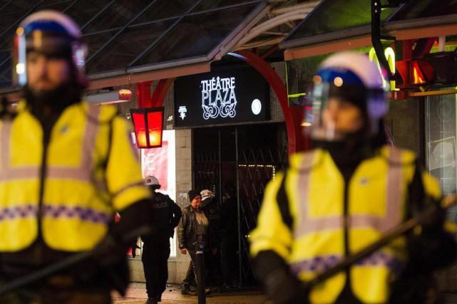 Des policiers ont assuré la surveillance devant le... (Photo Graham Hughes, La Presse Canadienne)