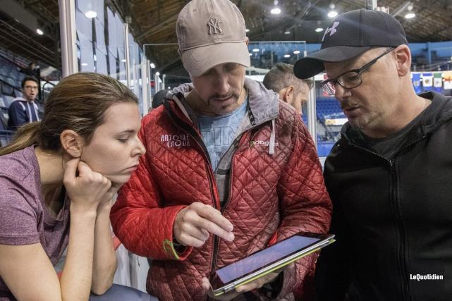 Marc et Sylvain Gagnon discutent avec la patineuse... (Le Quotidien, Michel Tremblay)