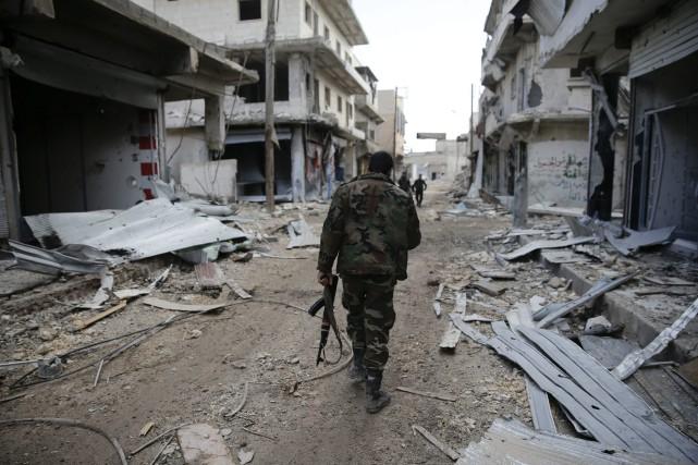 Des soldats syriens patrouillent un quartier de l'est... (PHOTO Hassan Ammar, AP)