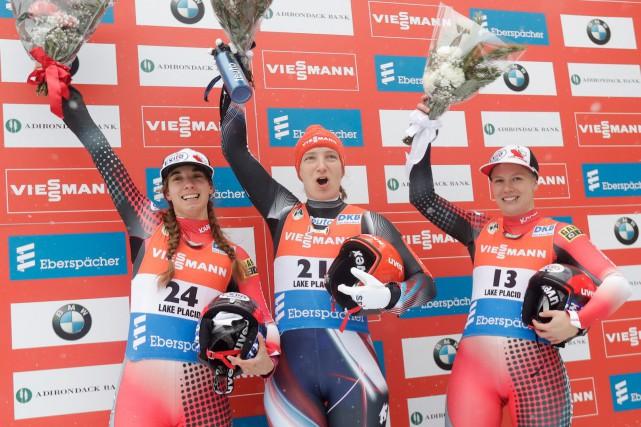 Tatjana Huefner, d'Allemagne (au centre), célèbre sa première... (AP, Mike Groll)