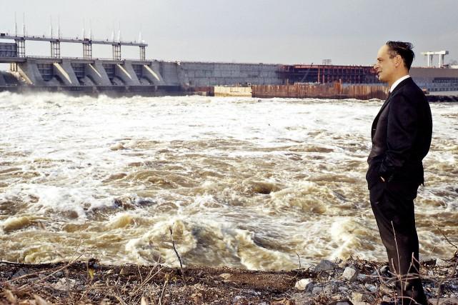René Lévesque observant un barrage hydro-électrique en 1962.... (Archives La Presse)
