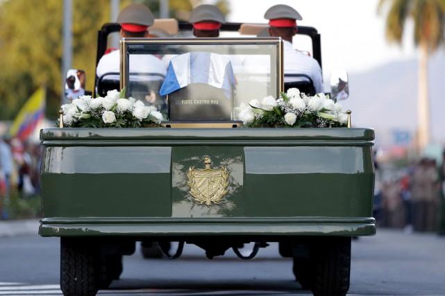 Les funérailles avaient été précédées d'une courte procession... (AP, Natacha Pisarenko)