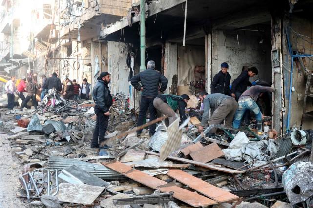 Les raids ont frappé plusieurs secteurs de la... (AFP, Mohamed al-Bakour)
