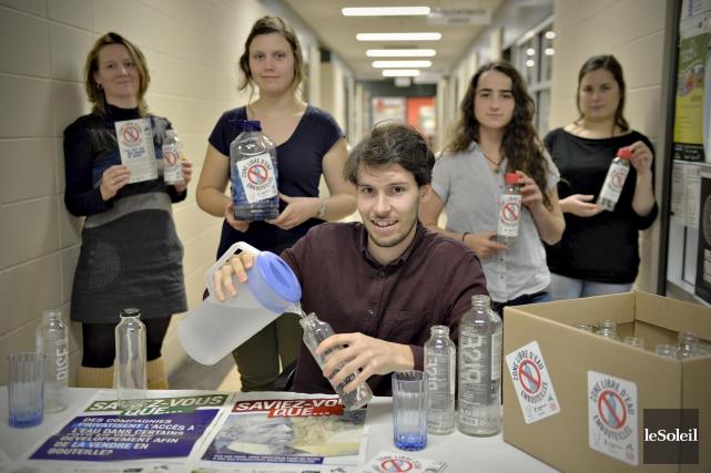 Les membres d'Univert Laval travaillent fort pour changer... (Le Soleil, Pascal Ratthé)
