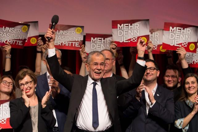 Européen convaincu, Alexander Van der Bellen est crédité... (PHOTO AFP)