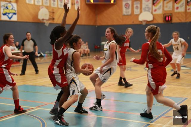 L'équipe de basketball féminin des Inouk de Granby... (archives La Voix de l'Est)