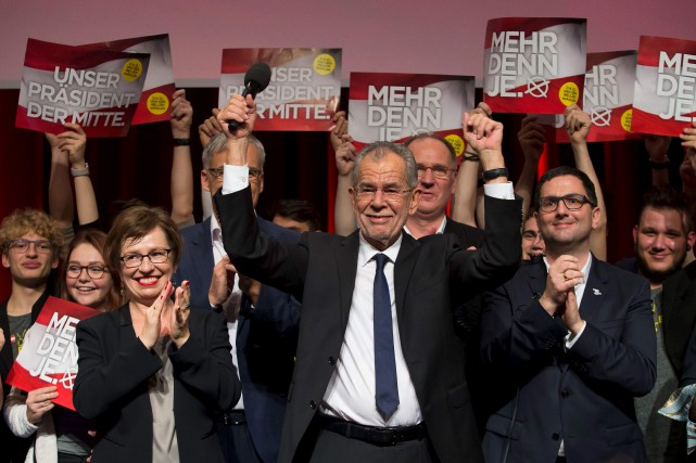 Le candidat de centre-gauche Alexander Van der Bellen... (AFP, Vladimir Simicek)