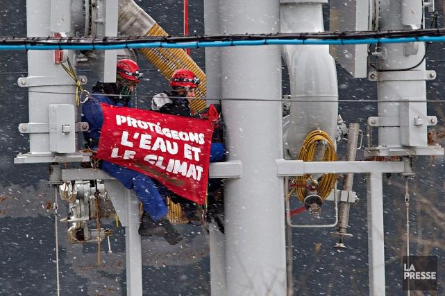 Des activistes de Greenpeace se sont enchainés dans... (Patrick Sanfaçon, La Presse)
