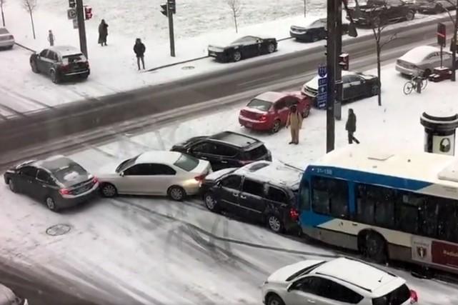 Deux autobus, une autopatrouille du SPVM, un véhicule de déneigement et une...