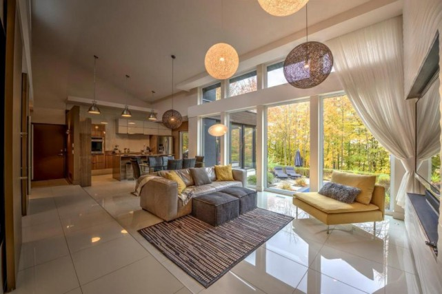 Dans les pièces à vivre, le plafond atteint... (Photo fournie par Profusion Immobilier)