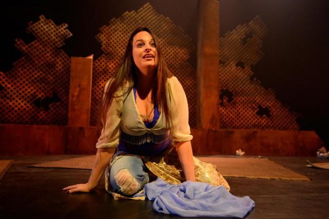 Seule sur scène, la comédienne Marie-Anne Alepin livre... (photo Victor Diaz Lamich, fournie par la production)