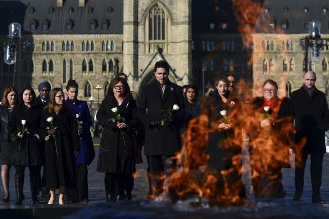 Justin Trudeau et des membres de son cabinet... (La Presse canadienne, Sean Kilpatrick)