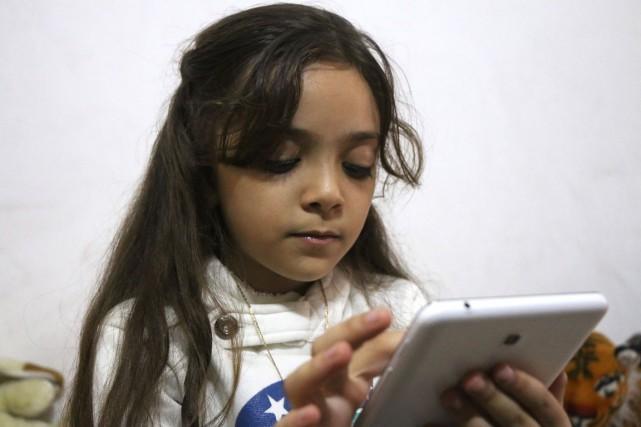 La petite Bana Al-Abed a suscité l'émoi dimanche... (photo  THAER MOHAMMED, archives Agence France-Presse)