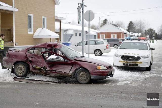 Un véhicule est entré en collision avec un... (Photo Le Quotidien, Jeannot Lévesque)