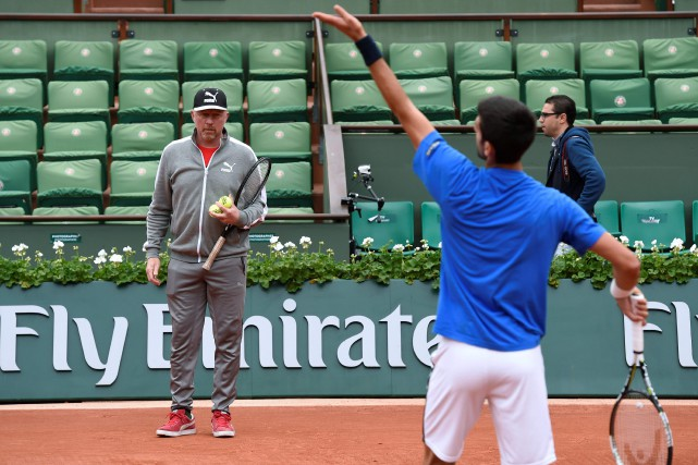 Boris Becker et Novak Djokovic à Roland-Garros.... (Photo Miguel Medina, archives AFP)