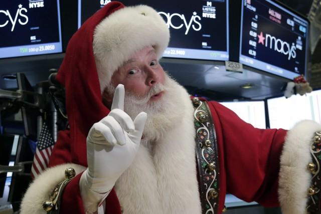 Un Père Noël slovaque a terminé sa tournée au poste de police, ainsi que le... (Photo Richard Drew, archives AP)