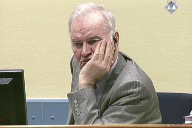 Costume sable et cravate bordeaux, Ratko Mladic, l'air... (image ICTY Video/AP)