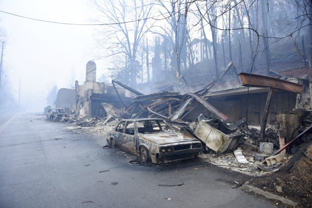 Une voiture calcinée est vue près de Gatlinburg,... (photo Michael Patrick, archives Knoxville News Sentinel/AP)