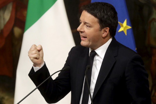 Le premier ministre Matteo Renzi a remis sa... (AP, Gregorio Borgia)