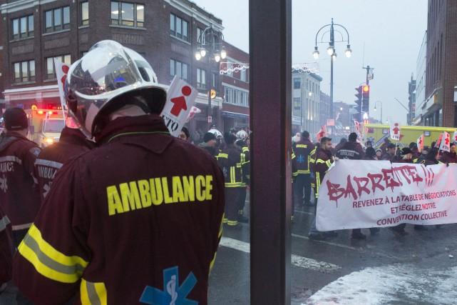 Des ambulanciers paramédicaux ont bruyamment manifesté dans les... (Stéphane Lessard, Le Nouvelliste)