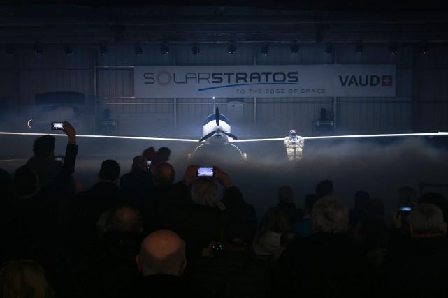 L'avion biplace blanc aux ailes démesurées a été... (PHOTO FABRICE COFFRINI, AFP)
