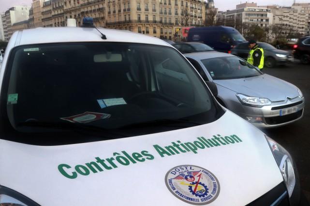Des gendarmes français à un contrôle établi dans... (photo : AFP)