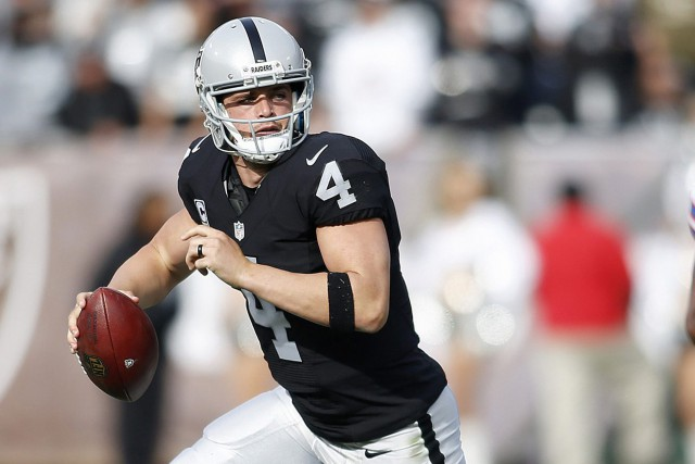 Derek Carr et les Raiders d'Oakland mènent la... (Photo D. Ross Cameron, archives AP)