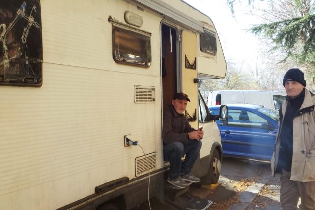 AdrianoMorea assis à l'entrée deson autocaravane est photographié... (photo Franck IOVENE, Agence France-Presse)