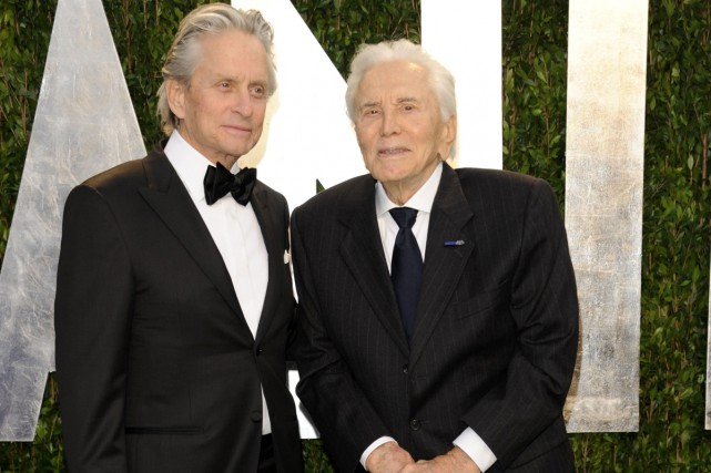 Michael Douglas et son père, Kirk Douglas, lors... (PHOTO ARCHIVES AP)