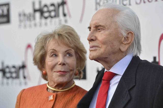 Anne et Kirk Douglas. L'acteur célèbre dans les... (AFP, Alberto E. Rodriguez)