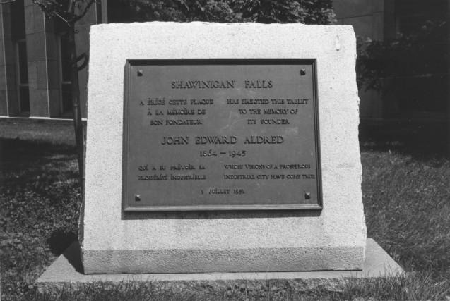La plaque commémorative rendant hommage John Edward Aldred,...