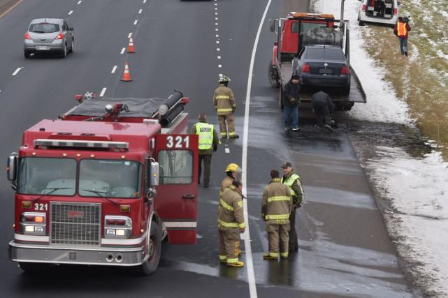 Une voiture a pris feu sur l'autoroute 55.... (François Gervais, Le Nouvelliste)