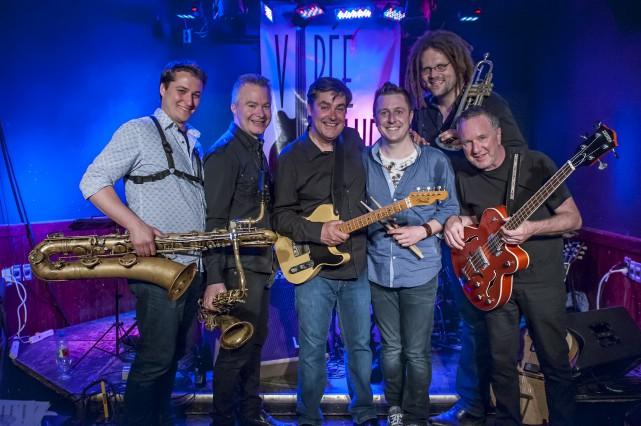 Le guitariste Mike Goudreau entouré de quelques-uns des... (Fournie)