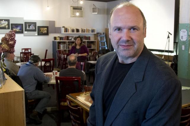 Stéphane Daoust, propriétaire du nouveau Café Le Filozen,... (Sylvain Mayer, Le Nouvelliste)