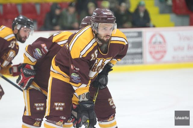 Christopher Saurette démontre qu'il sait jouer au hockey.... (Julie Catudal, La Voix de l'Est)