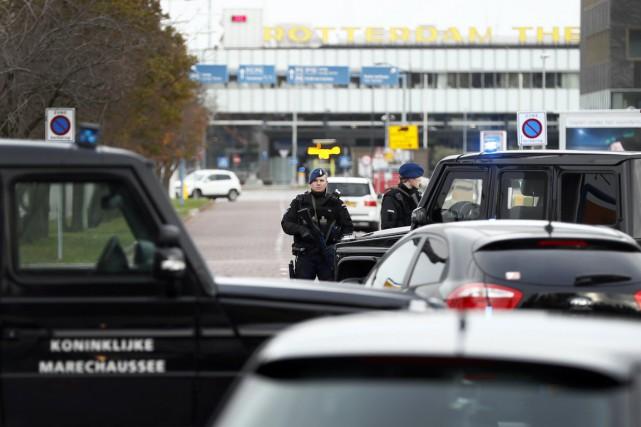 Des policiers militaires mènent des contrôles à l'entrée... (photo Remko de Waal, archives anp/AFP)