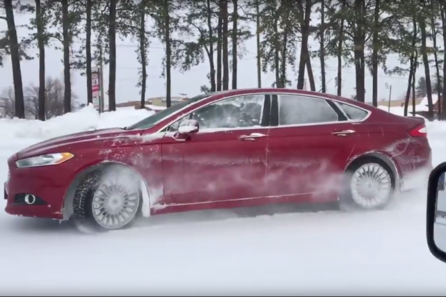 La Ford Fusion avec option rouage intégral a... (Photo : saisie d'écran YouTube)