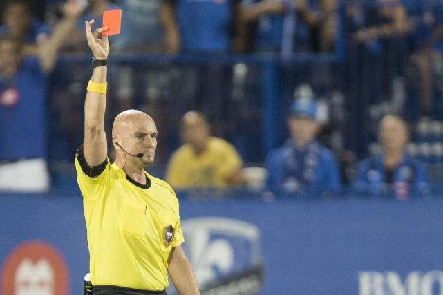 L'arbitre de la MLS Robert Sibiga sortant un... (Photo La Presse Canadienne)